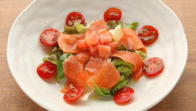 スモークサーモンとトマトのサラダ 930円